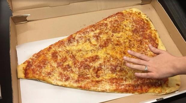 Fatia gigante de pizza chama a atenção dos consumidores (Foto: Reprodução)