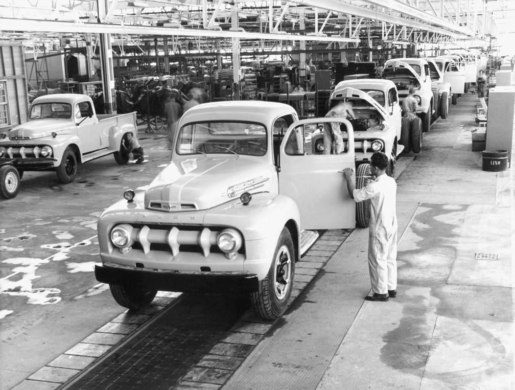 Caminhões modelo F-800, conhecido como Big Job, são vistos em linha de montagem da fábrica Ford, no Ipiranga, Zona Sul da capital paulista, onde eram montados aproximadamente 125 veículos por dia na década de 1960 — Foto: Harouna Traore/A Gazeta Via Estadão Conteúdo/Arquivo