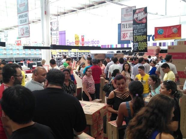 Lojas lotam com as promoções do Black Friday (Foto: João Cunha/G1)