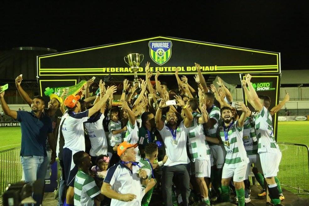 Com Paulinho, Altos foi campeão piauiense (Foto: Luis Junior/Altos)