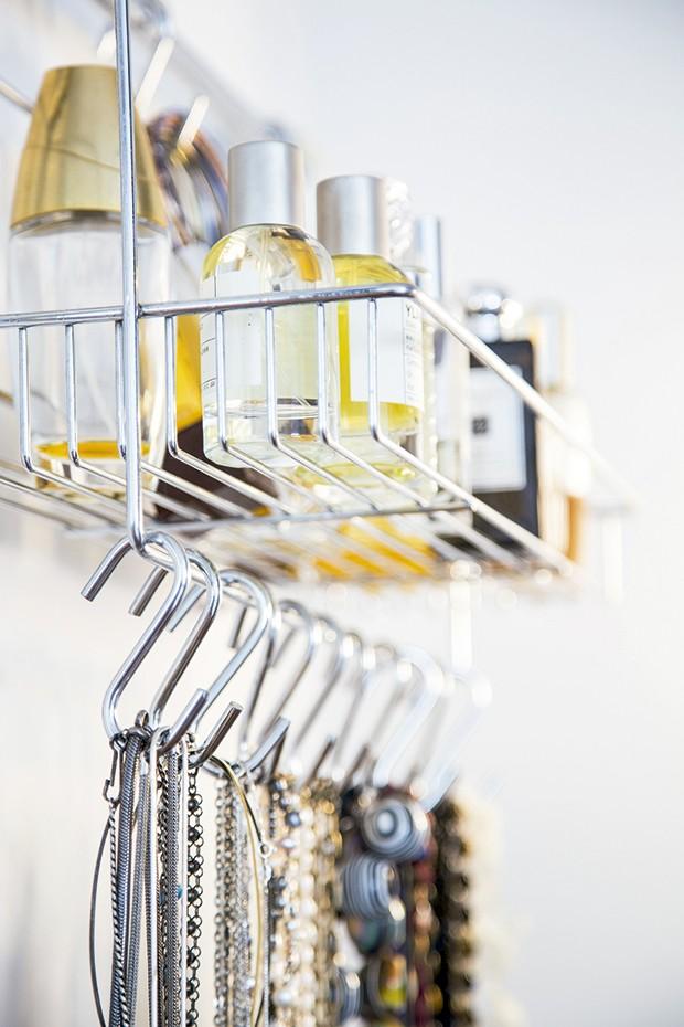 Lifestyle decor - A estante de cozinha que serve de porta-bijus (Foto: Rogério Voltan)