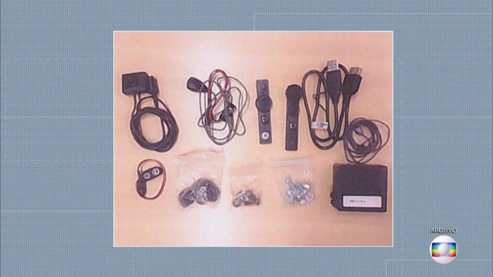 Aparelhos usados por Durval Barbosa nas gravações que levaram à prisão do ex-governador José Roberto Arruda — Foto: TV Globo