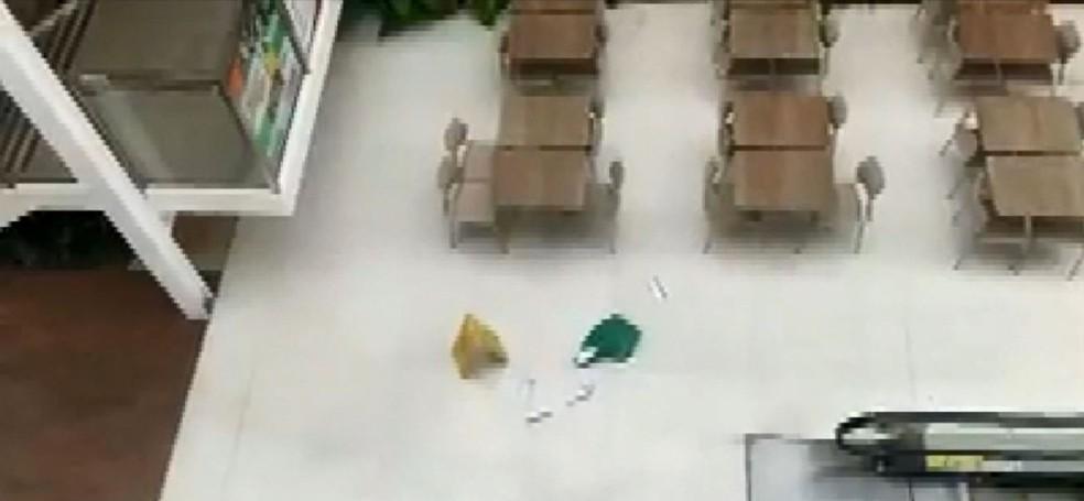 Malotes com dinheiro foram lançados em corredor de shopping em Indaiatuba — Foto: Reprodução / EPTV