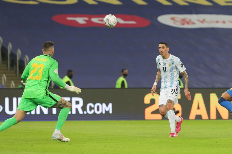 Di María toca por cima de Ederson e marca para a Argentina contra o Brasil — Foto: Divulgação/AFA