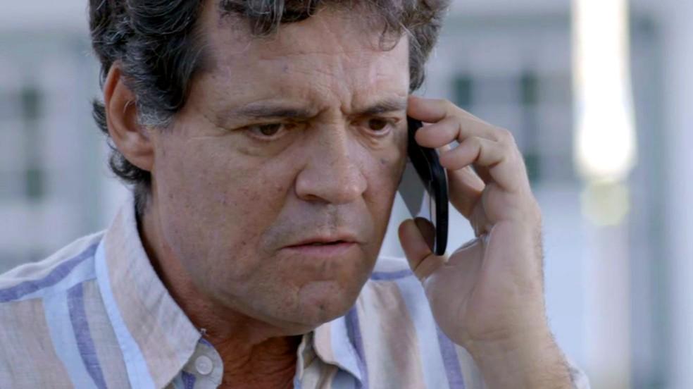 Américo liga para Ana e conta que está diante da casa de Julia, em 'Espelho da Vida' — Foto: TV Globo