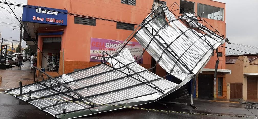 Telhado de empresa parou no meio da rua após temporal — Foto: Adenilson Fernandes/Rádio Yara