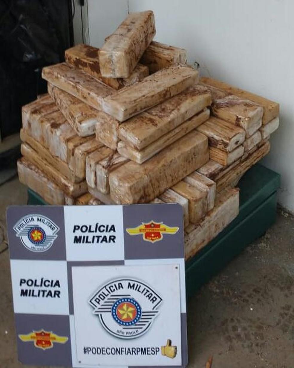 Polícia apreende 100 quilos de maconha com motorista em rodovia de Rio Preto — Foto: Polícia Rodoviária Estadual