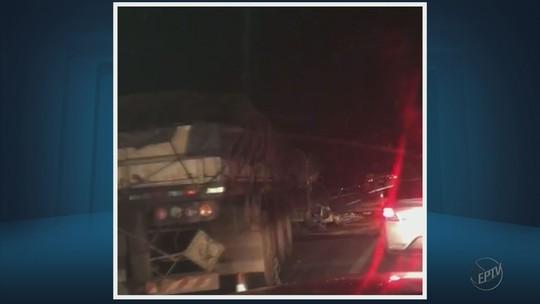 Acidente entre duas carretas causa congestionamento de 5 km na Fernão Dias