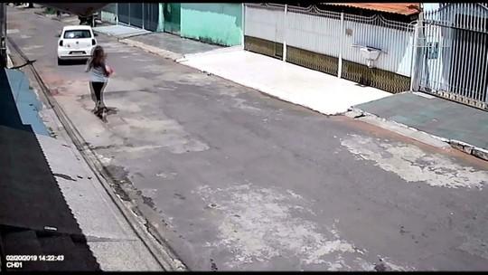 VÍDEO: Mulher esquece de puxar freio de mão e carro desce rua e bate em árvore