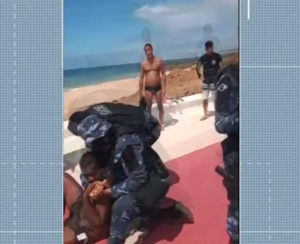 Homem é detido e imobilizado com 'mata-leão' ao se recusar sair de praia em Salvador — Foto: Reprodução/TV Bahia
