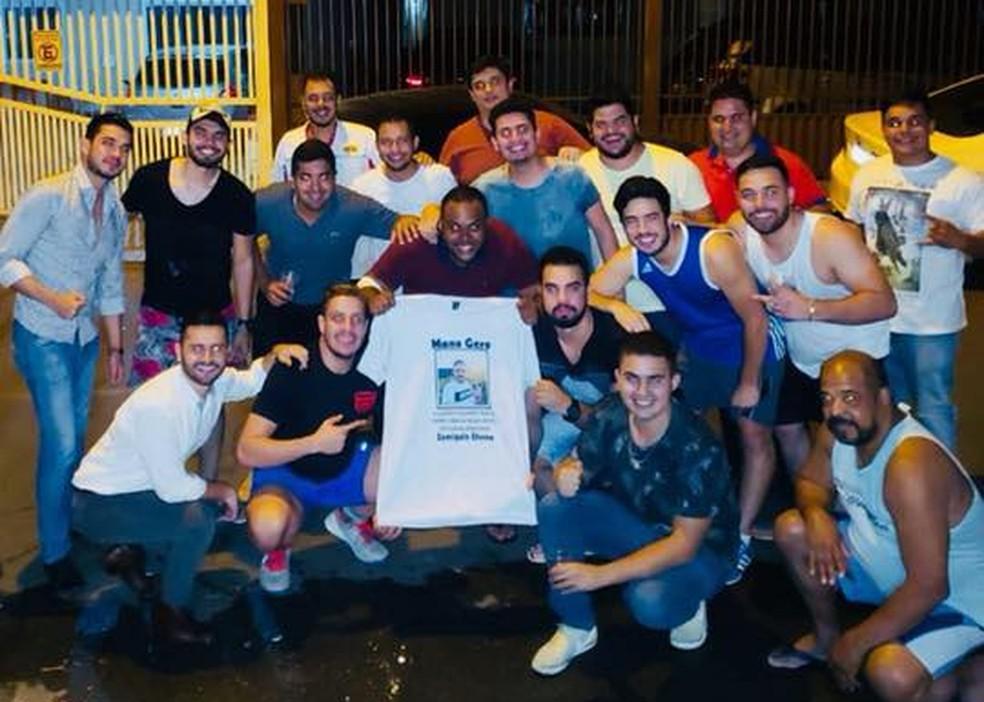 Amigos prestam homenagem a Gustavo Gero. No centro (camisa roxa), Carlos Augusto, ferido pelo policial (Foto: Reprodução/Facebook)