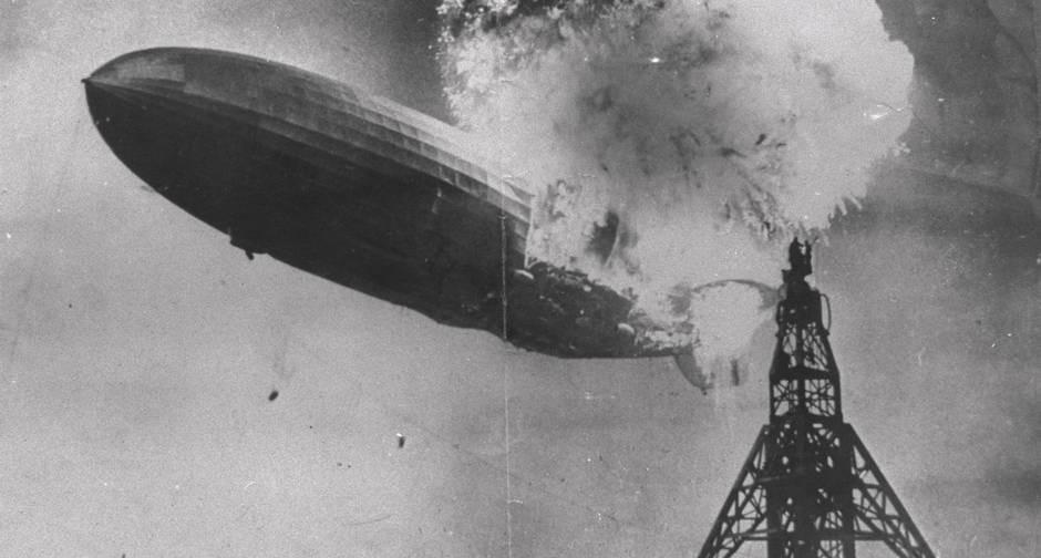 O dirigível Hindenburg explode no céu, em Nova Jersey, em 1937