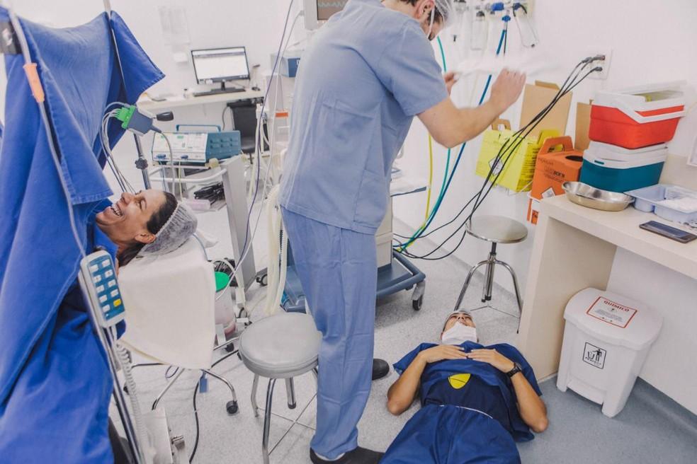 Pai desmaia após nascimento do filho e mãe dá risada em Balneário Camboriú — Foto: Bruna Costa/Divulgação