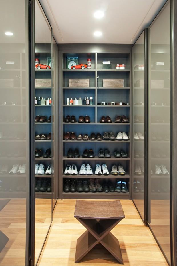 O closet dele tem armários da Elgin e iluminação da Lumini (Foto: Célia Mari Weiss/Divulgação)