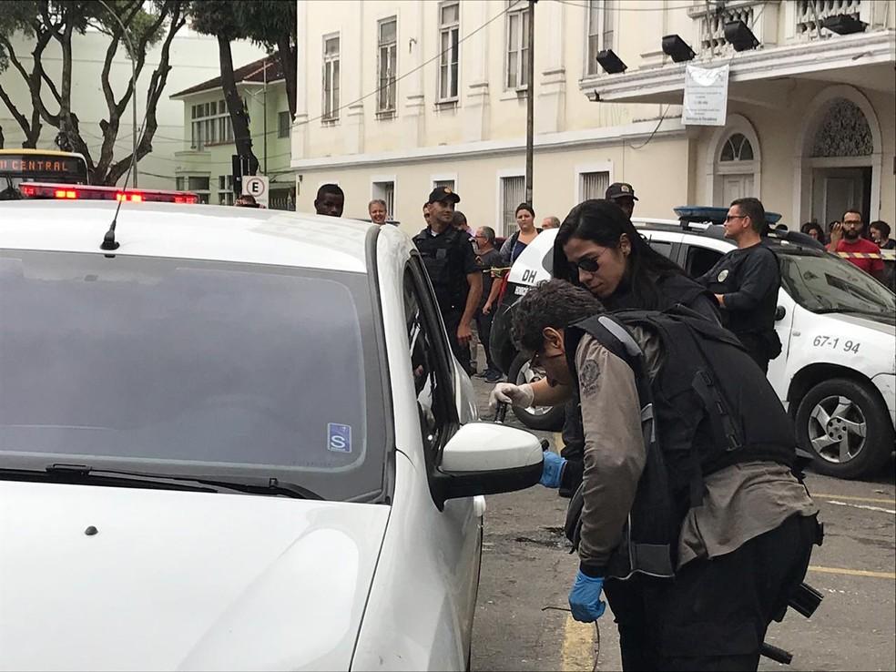 Carro estava em frente à Faculdade Nacional de Direito, na Rua Moncorvo Filho, no Centro do Rio — Foto: Yasmim Restum/ G1