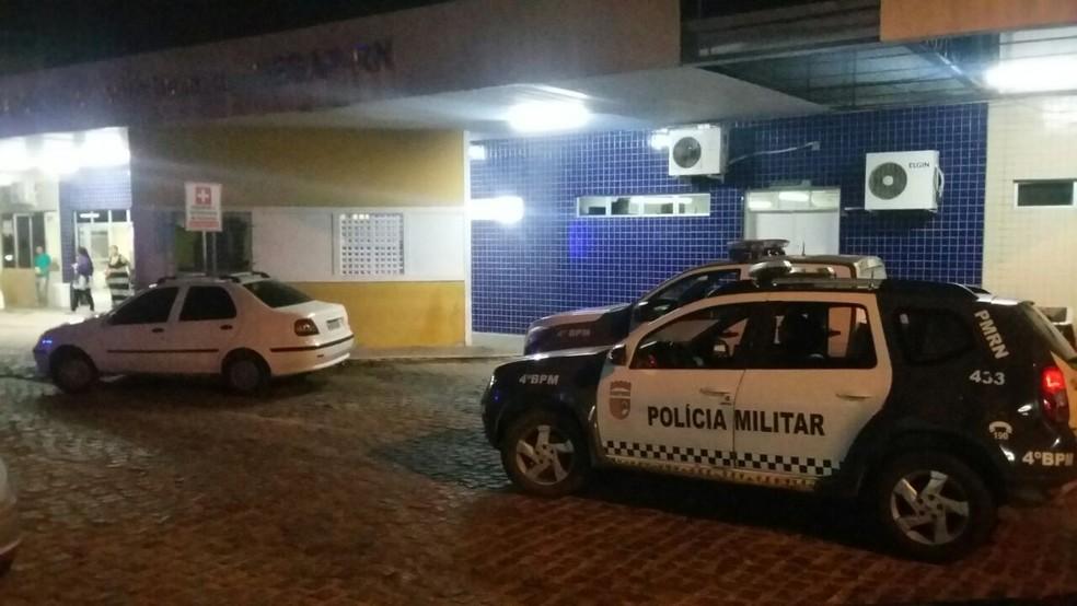 Feridos, os policiais foram socorrido para um hospital na Zana Norte de Natal (Foto: Sérgio Henrique Santos/Inter TV Cabugi)