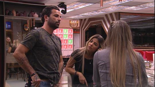 Paula, Hariany e Vinicius conversam sobre livros
