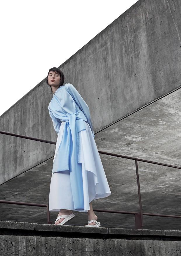 Angelica Erthal, modelo, usa vestido azul, Apartamento 03; chinelo branco Vitorino Campos para Melissa no Cartier 011. São Paulo (cid.) - Brasil. Foto: Paulo Vainer / Edições Globo Condé Nast. (Foto: Arquivo Vogue)