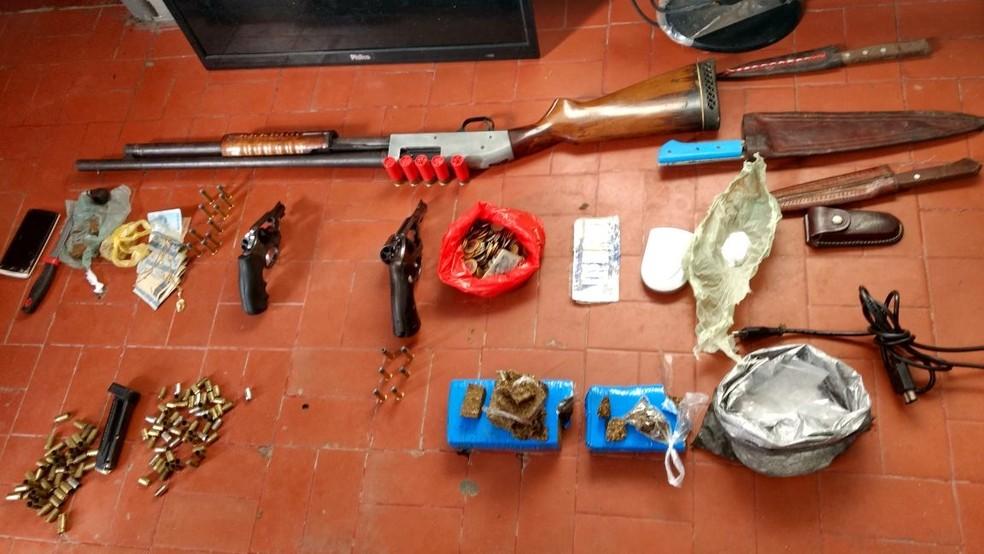 Foram apreendidos dois revólveres, uma espingarda, munições de várias calibres, cerca de 2 quilos de maconha, uma certa quantidade de cocaína, dinheiro, além de uma balança de precisão, sacos para embalar drogas e duas motocicletas (Foto: PM/Divulgação)