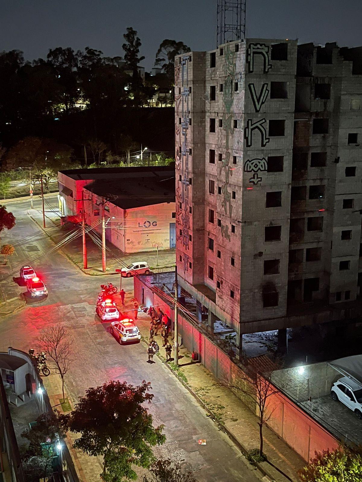Pessoas voltam a ocupar prédio abandonado que pegou fogo em BH e são presas; VÍDEOS