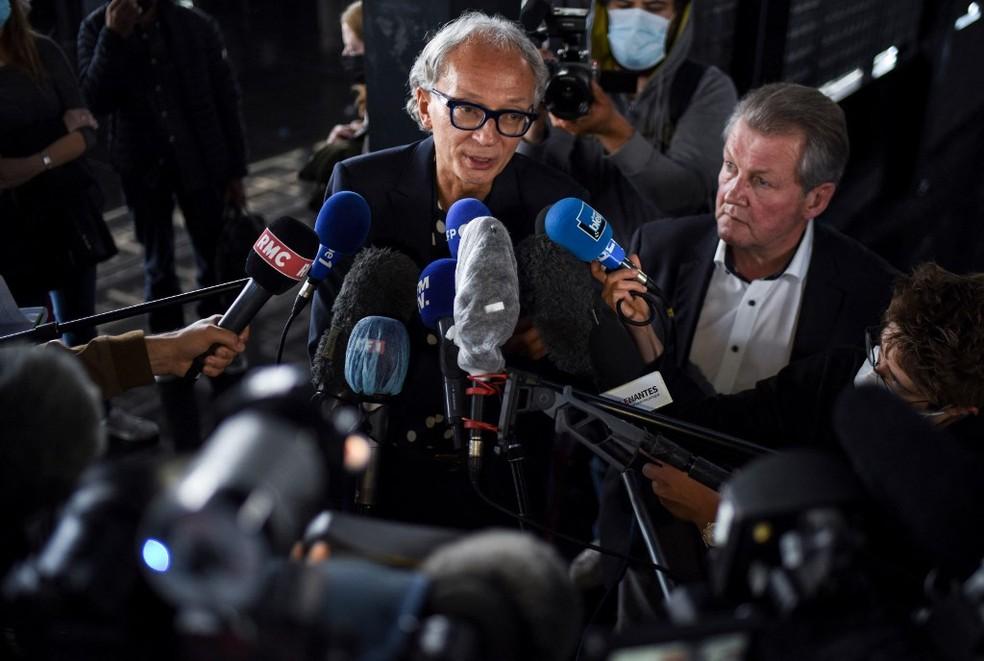 Imagem de 7 de julho de 2021 de Thierry Fillion e Patrick Larvor, advogados de Hubert Caouissin, o homem francês que matou a família da irmã — Foto: Sebastien Salim-Gomis / AFP