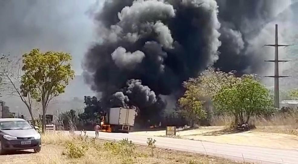 Caminhão pega fogo em rodovia — Foto: Reprodução/Igor Pires