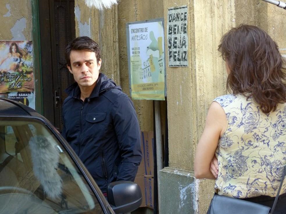 Fernando (Erom Cordeiro) faz acordo com Cora (Drica Moraes) - 'Império' — Foto: Globo