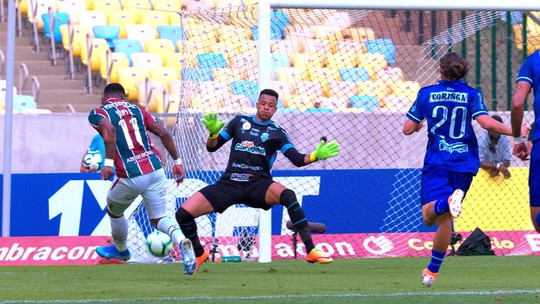 Pressionado, Fernando Diniz sobrevive em dia de derrota do Fluminense, Z-4 e vaias da torcida