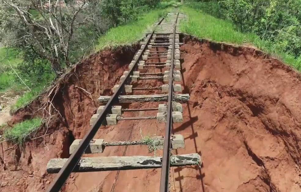 Desmoronamento ocorreu embaixo de linha férrea desativada em Bauru — Foto: César Culiche/TV TEM