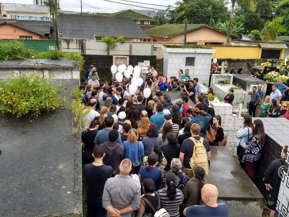 Youtuber foi enterrada na manhã desta sexta-feira (16) no litoral do Paraná (Foto: Augusto Klein/ RPC Curitiba)