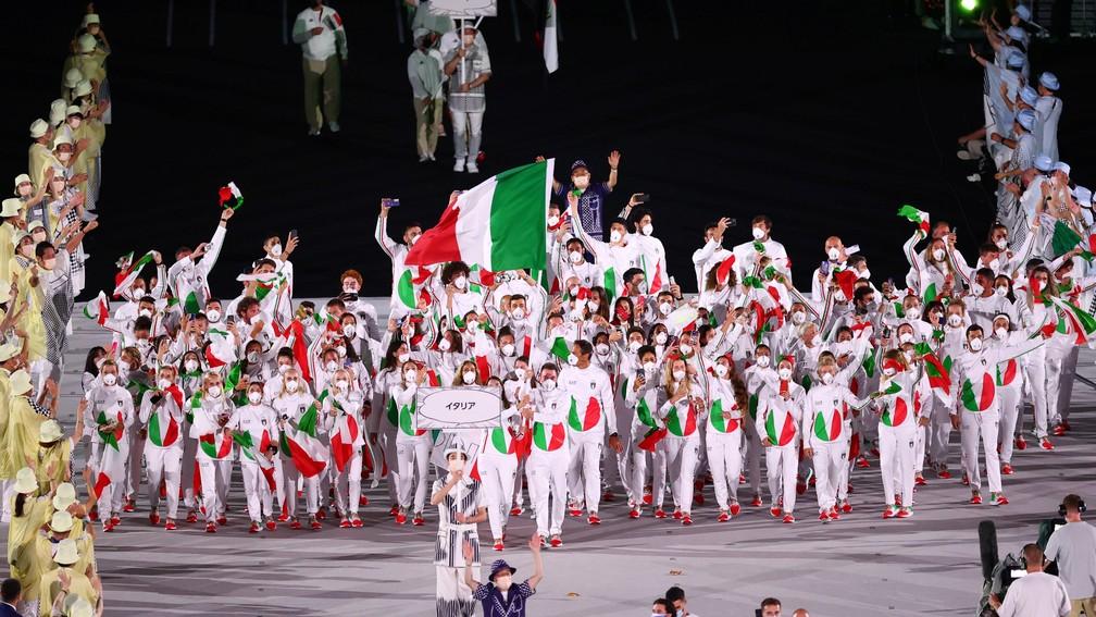 Jessica Rossi e Elia Viviani lideram parte da delegação italiana durante a cerimônia de abertura dos Jogos Olímpicos de Tóquio, no Japão — Foto: Mike Blake/Reuters