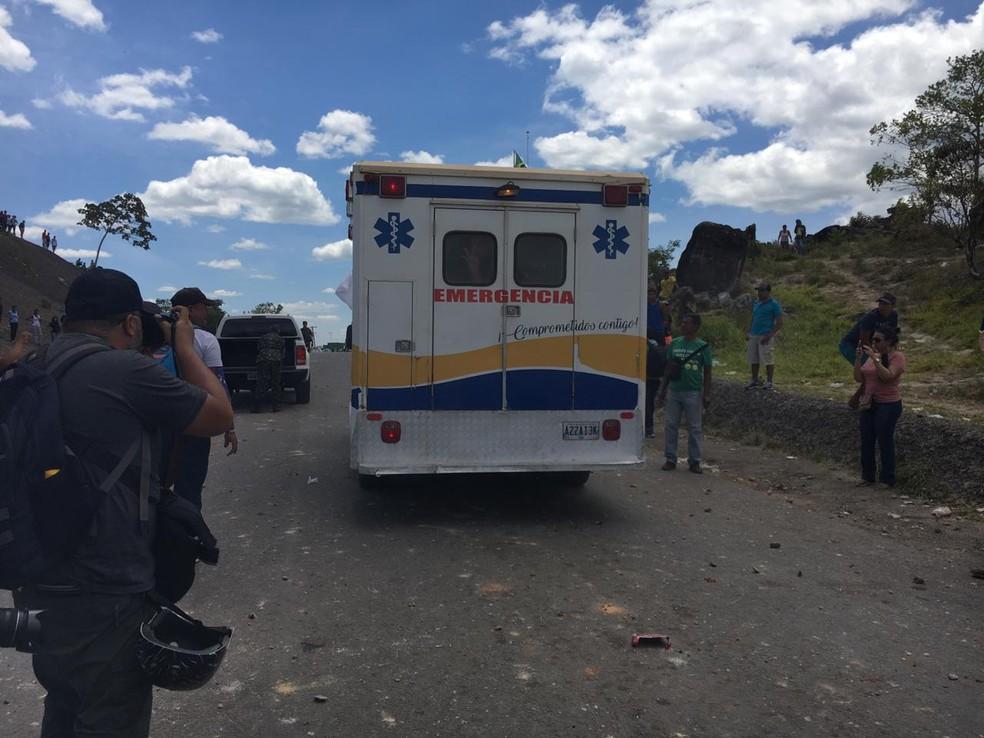 Ambulância com três feridos a bala entra em território brasileiro por Pacaraima (RR) no começo da tarde deste domingo (24). — Foto: Emily Costa/G1