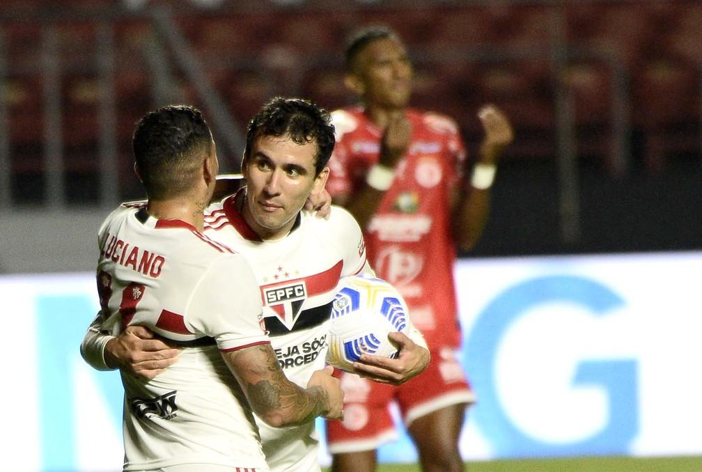 São Paulo 9 x 1 4 de Julho: Pablo e Luciano comemoram um dos nove gols — Foto: Marcos Ribolli
