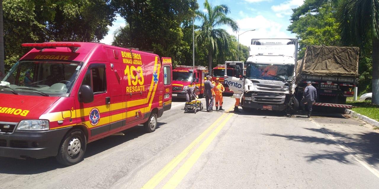 Colisão entre duas carretas deixa motorista ferido na BR-381, em Naque