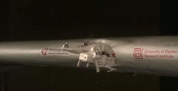 Pesquisadores da Universidade pesquisaram o impacto que um drone pode causar na asa de um avião em pleno voo (Foto: @2018 University of Dayton Research Institute )