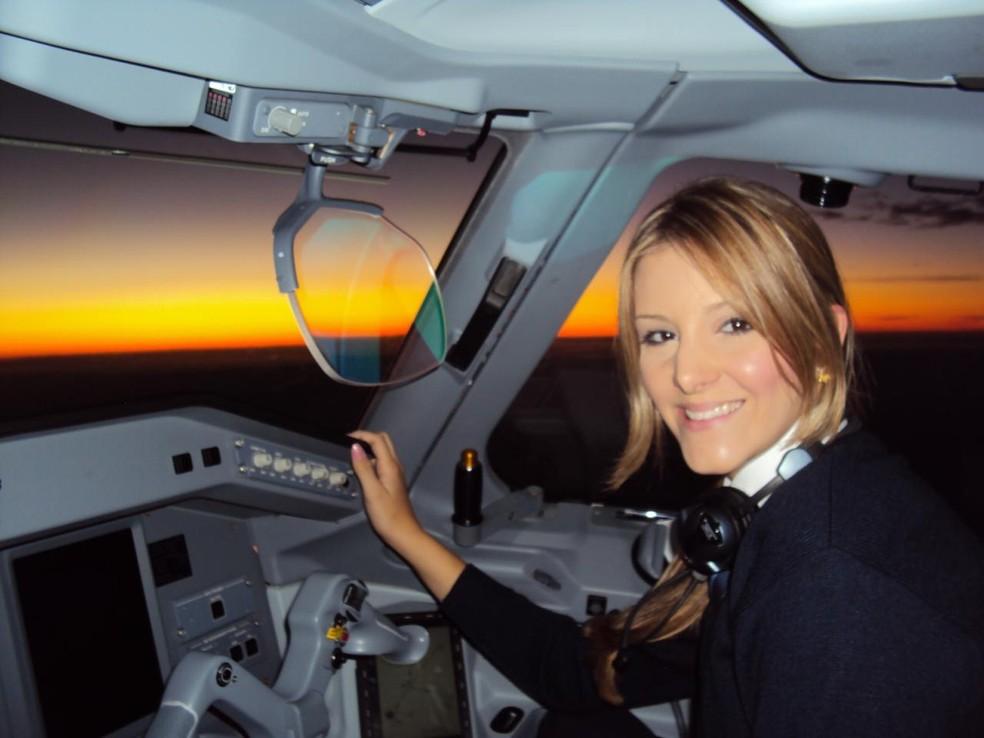 Objetivo profissional da copiloto é chegar a função de Comandante  — Foto: Arquivo pessoal