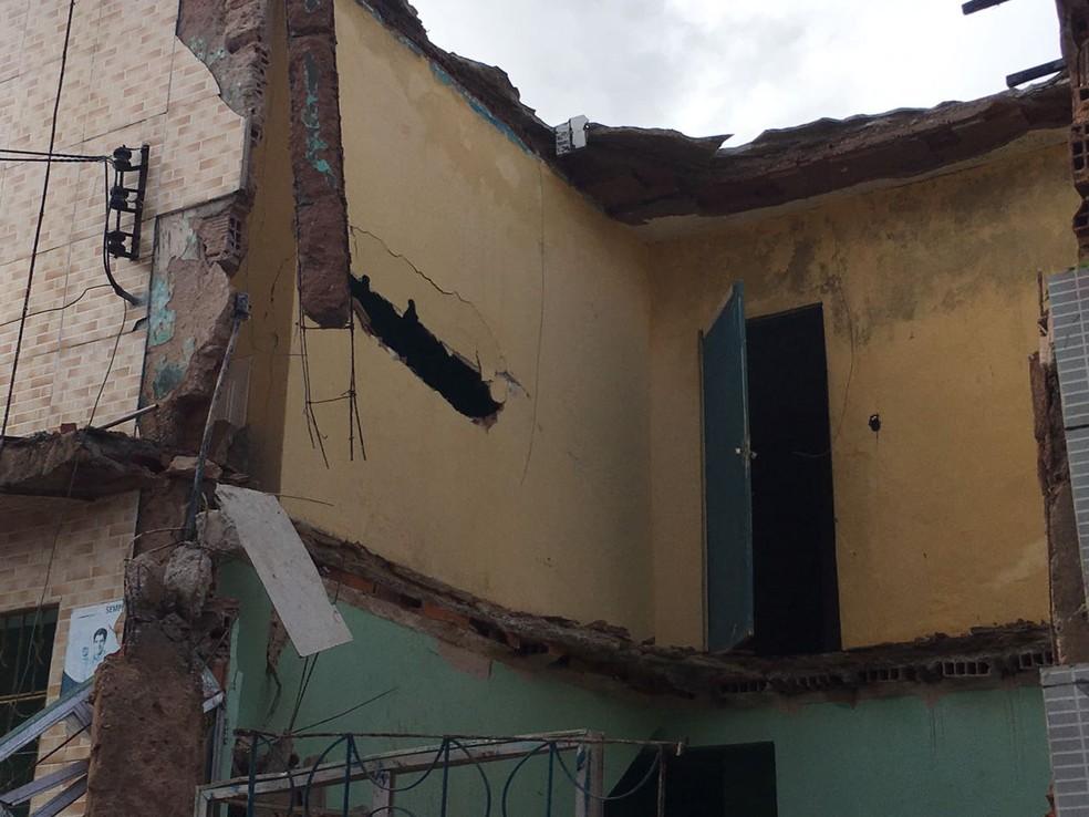 Menino de 15 anos ficou soterrado. O Corpo de Bombeiros socorreu o adolescente e levou para uma unidade médica. (Foto: Alan Oliveira/G1)