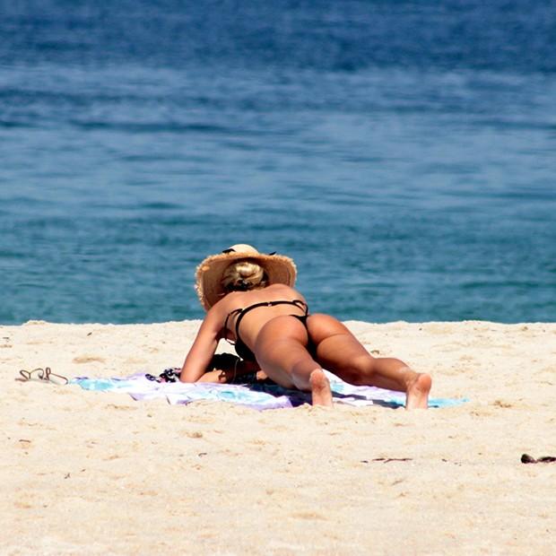 Yasmin Brunet na praia de Ipanema (RJ) (Foto: AgNews)