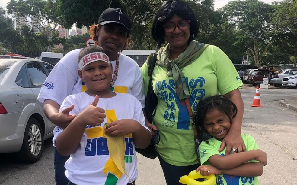 Sheila (de verde) com a filha Agnes e os netos na Marcha Para Jesus — Foto: Patricia Figueiredo/G1