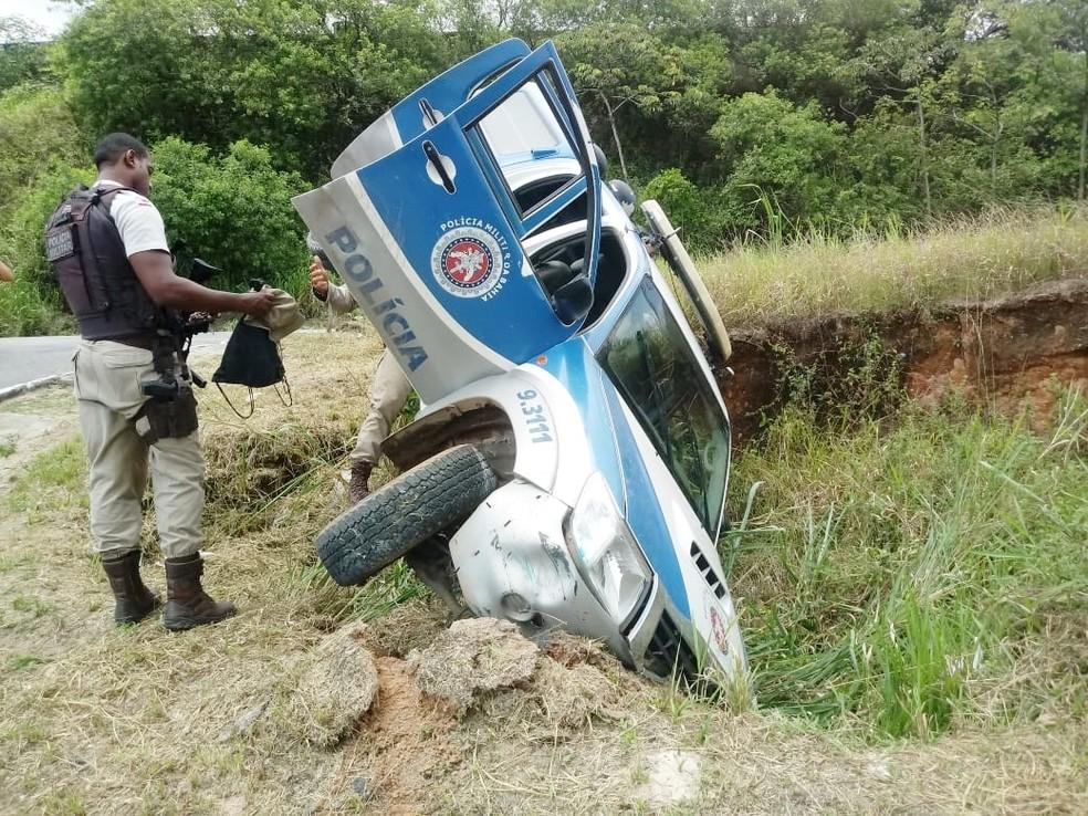 Viatura ficou pendurada após cair em buraco em Salvador  — Foto: Site Bahia 10