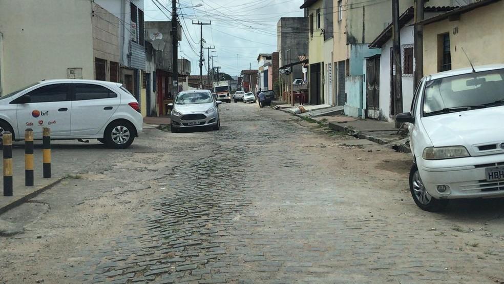 Homem foi abordado por assaltantes na rua da casa em que mora, na Zona Norte de Natal — Foto: Kleber Teixeira/Inter TV Cabugi