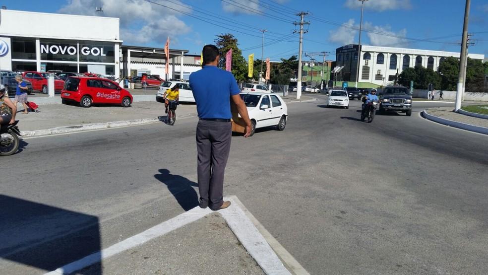Local é movimentado durante o dia, e Elton aproveitava para pedir emprego (Foto: Fernanda Soares/G1)
