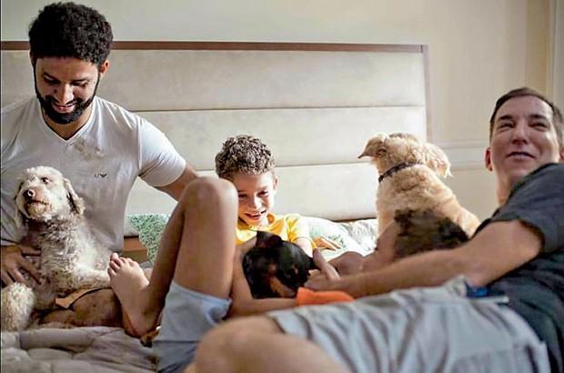 David, Jonathan e Glenn com três dos 25 cachorros da família (Foto: Bléia Campos)