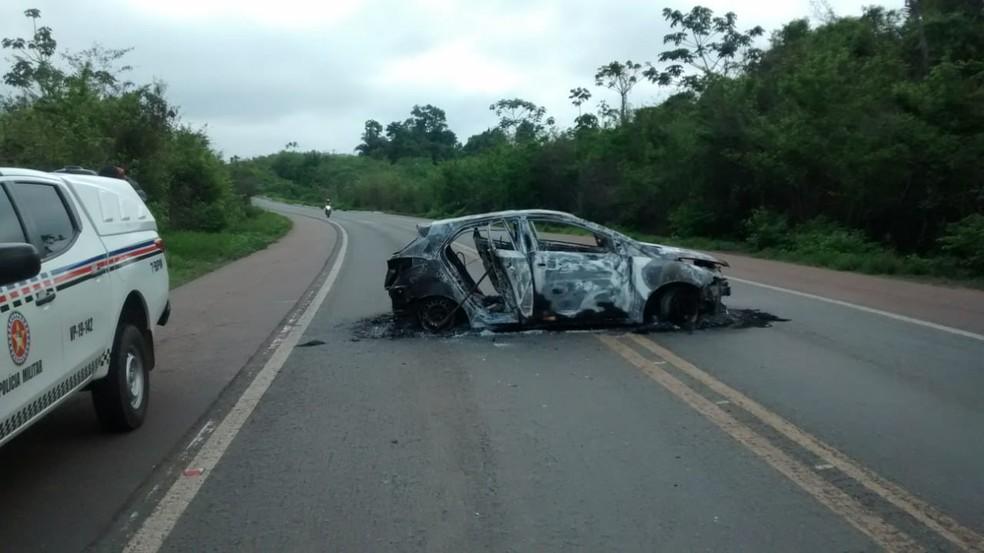 Carro destruído por bandidos após explosão de agência bancária em Santa Luzia — Foto: Erisvaldo Santos / TV Mirante