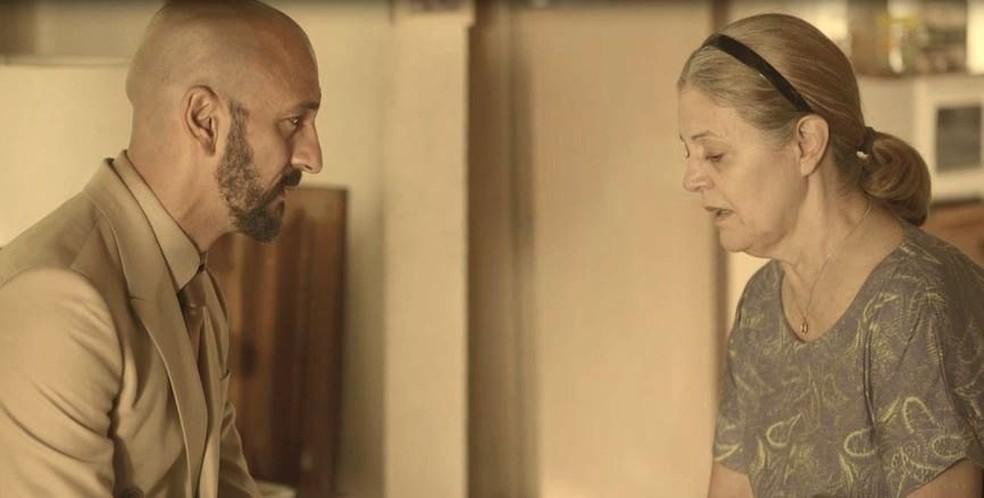 Álvaro (Irandhir Santos) e Nicete (Magali Biff) conversam sobre o passado  — Foto: Globo