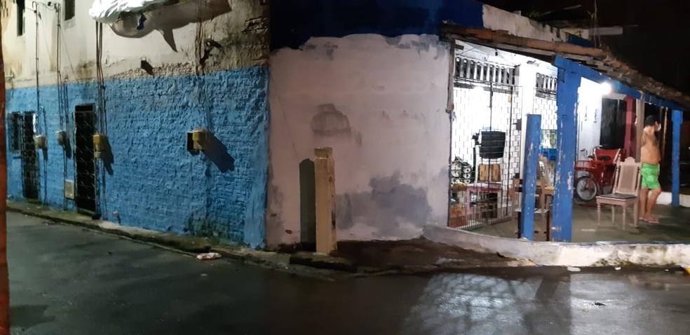 Homicídio aconteceu em frente a um bar na Rua Piauí — Foto: Leábem Monteiro