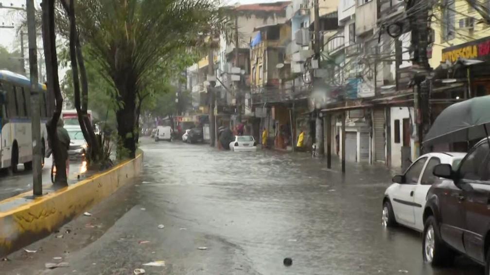 Poucos motoristas se arriscam a passar por alagamento no Rio das Pedras, na Zona Oeste do Rio — Foto: Reprodução/ TV Globo