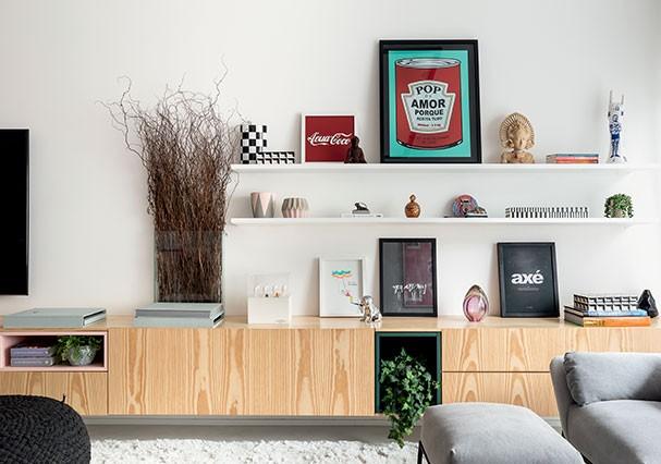 O longo aparador da Ambientah é enfeitado com nichos coloridos e quadros de pop arte.  (Foto: Ricardo Bassetti)