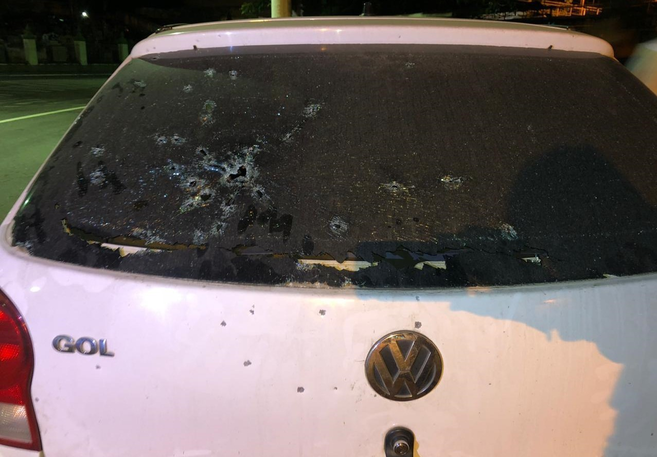 Homem é preso após atirar em carro com homem, grávida e criança em Barra Mansa