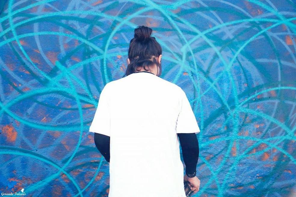 Ana Guerra criou artes geométricas em paredes de comunidade em Itaquaquecetuba (Foto: Andressa Silva/ Gerando Falcões)